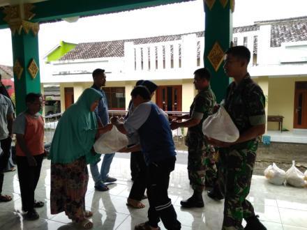 Pemerintah Desa Wonokromo Berikan Bantuan Sembako Kepada Warga Terdampak Banjir