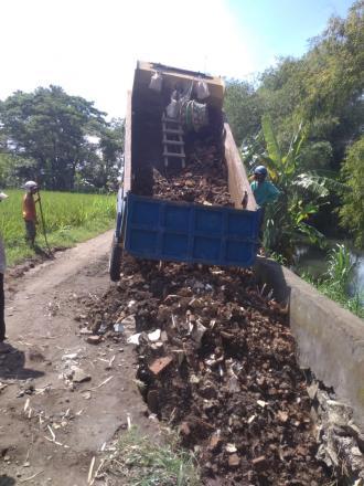 Bersama FPRB Warga Gotong Royong Perbaiki Jalan Rusak Akibat Banjir
